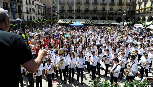 Compases finales de la jornada con los músicos asistentes tocando al unísono en la plaza de Navarra