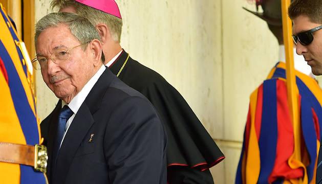 Raúl Castro, llegando a la audiencia con el Papa en el Vaticano.