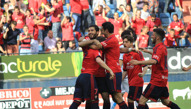 Los jugadores de Osasuna celebran el primer gol del partido.