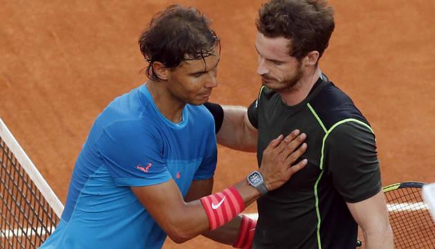 Nadal, decepcionado, saluda a Murray al final del partido.