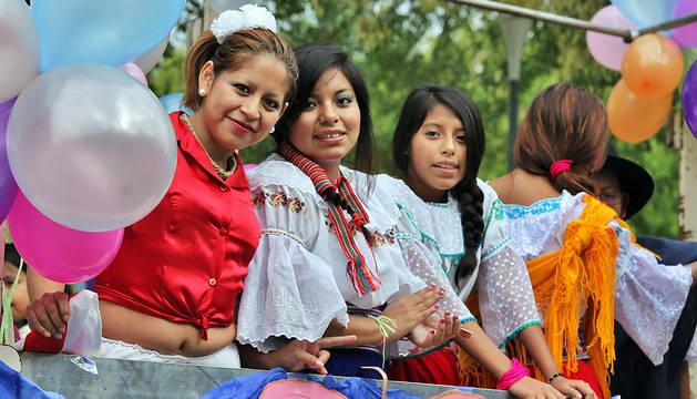 Asistentes a la Fiesta de las Culturas Hispanas, organizada por la Federación de Asociaciones de Inmigrantes en Navarra.