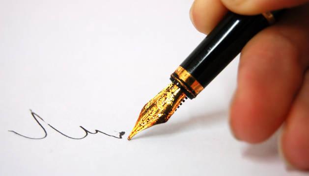 Una pluma de escribir.