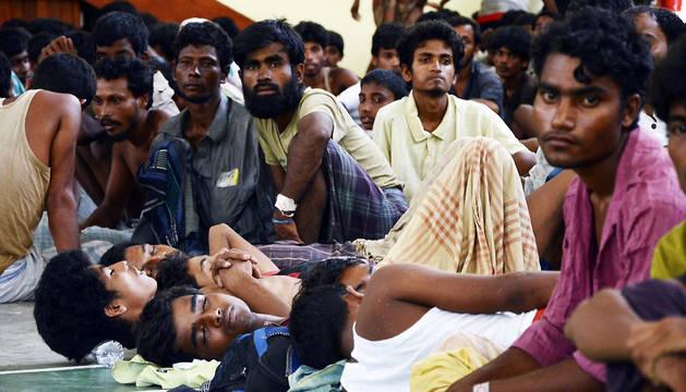 Casi 600 inmigrantes birmanos son rescatados en aguas de Indonesia
