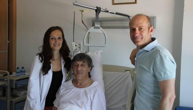 Enrique Martín Monreal junto a Uxua Idiazabal, cardióloga de la Clínica San Miguel, y José Manuel Martínez, responsable de los Servicios Médicos de Osasuna.