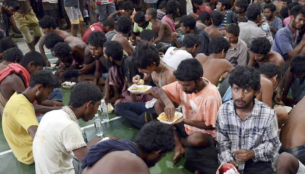 Inmigrantes rohingyas, una minoría que las Naciones Unidas considera apátrida, descansan en una comisaría en Kuah, Malasia.
