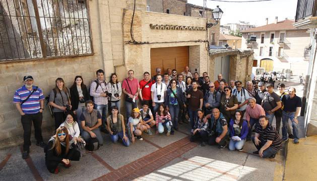 Parte de los participantes en el rally posaron juntos a las puertas de la sede de la Tafurería.