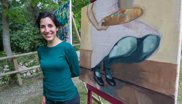 María Goñi, ganadora el año pasado, junto a su obra, en el molino de San Andrés.