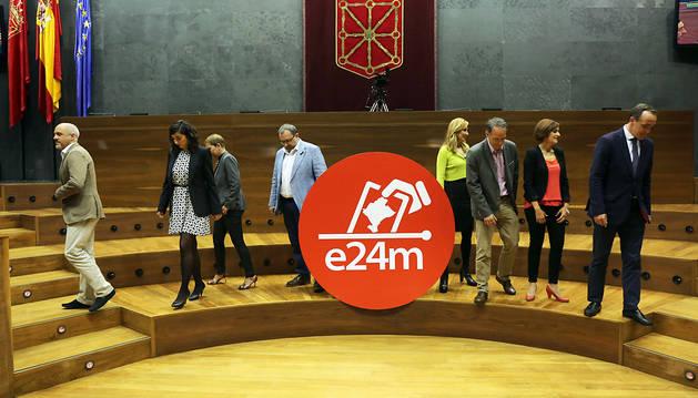 Desde la izquierda, Diego Paños (Ciudadanos), Laura Pérez (Podemos), Uxue Barkos (Geroa Bai), José Miguel Nuin (I-E), Ana Beltrán (PP), Adolfo Araiz (EH BIldu), María Chivite (PSN) y Javier Esparza (UPN) se dirigen a sus puestos en el Parlamento.