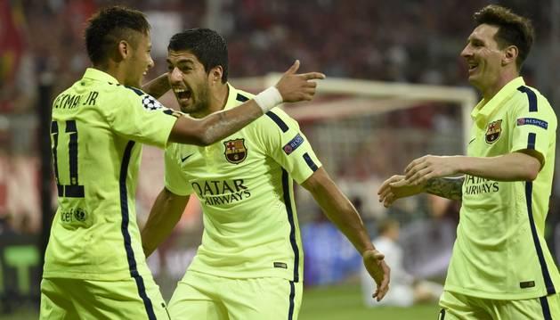 Neymar, Suárez y Messi celebra un gol.