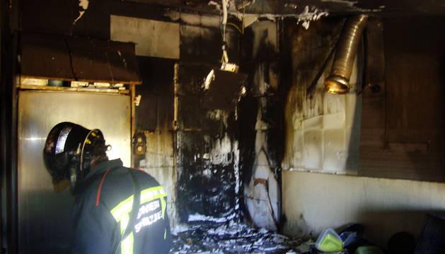Un bombero, en la cocina donde se ha originado el fuego.