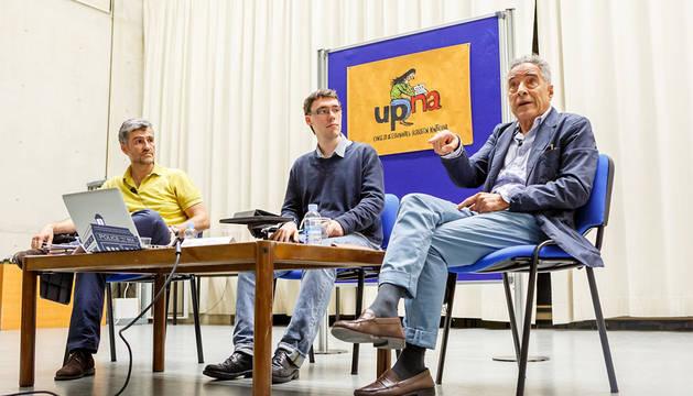 Alfonso Carlosena, Iñigo Aguas, vicepresidente del Consejo de Estudiantes, y Jorge Nieto.
