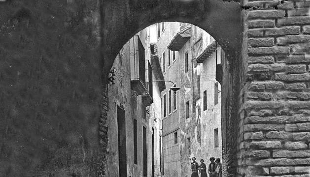 Imagen de la calle Benjamín de Tudela de hace años desde la calle Portal con varios vecinos.