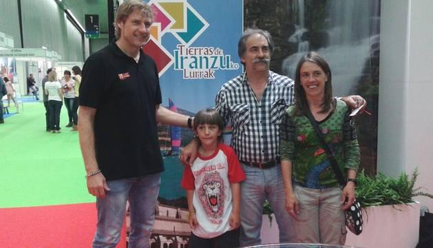 El presentador Julian Iantzi, con los ganadores de un concurso.