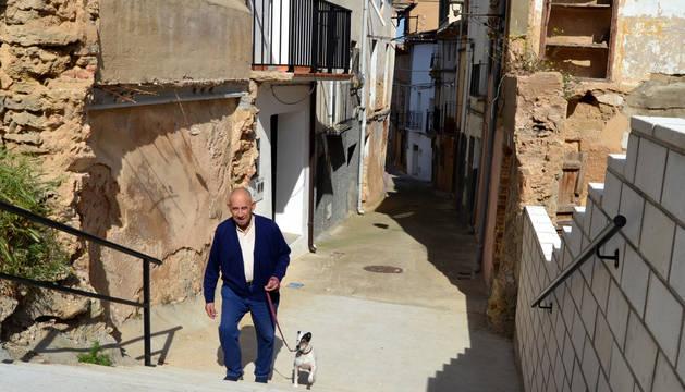 Un vecino utiliza las escaleras construidas en la calle San Francisco Javier,  en La Villa.