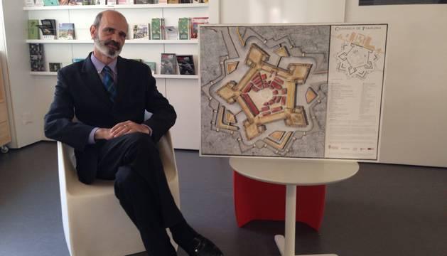 José Antonio Sacristán Fernández, con la primera maqueta de la Ciudadela montada, en la Oficina de Turismo del Ayuntamiento.