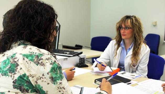 Una doctora atiende a unas pacientes.