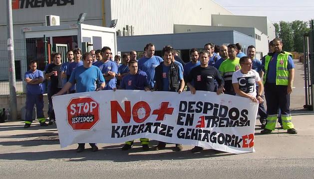 Concentración celebrada el lunes por los trabajadores de Trenasa a la puerta de la empresa.