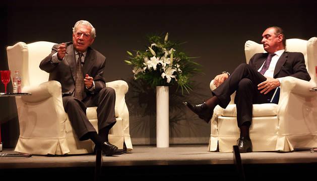 El premio Nobel de Literatura Mario Vargas Llosa habla desde su sillón en el escenario del Teatro Gayarre, bajo la atenta mirada de Carlos Herrera.