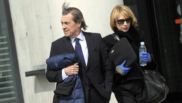 Miguel Archando y su abogada, Chelo Sola, salen del juzgado.