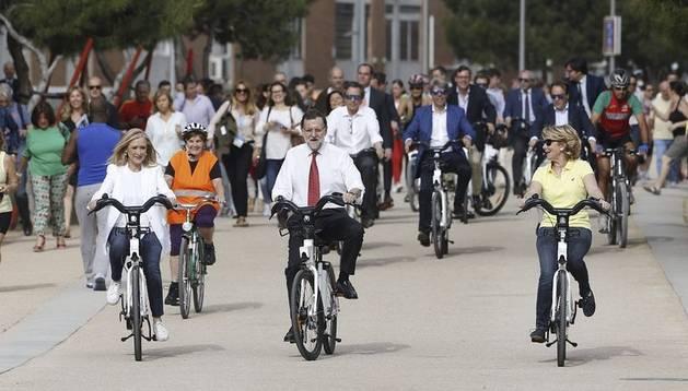 El presidente Mariano Rajoy acompañó a las candidatas del Partido Popular en Madrid, Esperanza Aguirre y Cristina Cifuentes, durante un paseo en bicicleta por la capital.