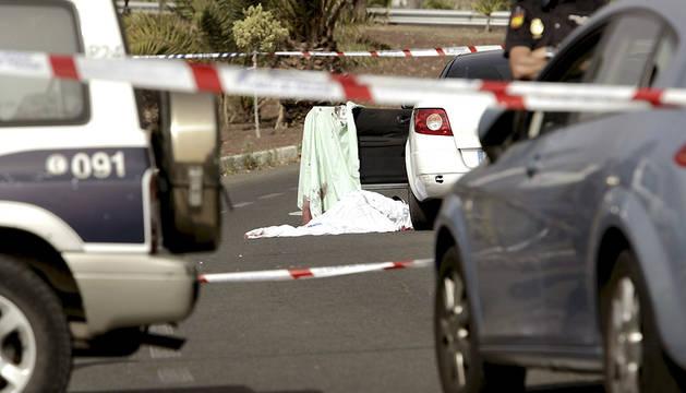 El cadáver del hombre fallecido por los disparos, en una zona acordonada por la Policía.