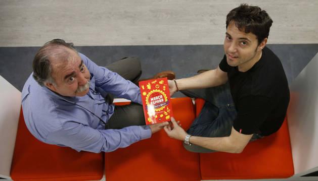 Jordi Moltó y Juan Herrera, con su obra.