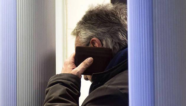 Alberto Nolla, tapándose la cara al entrar a declarar.
