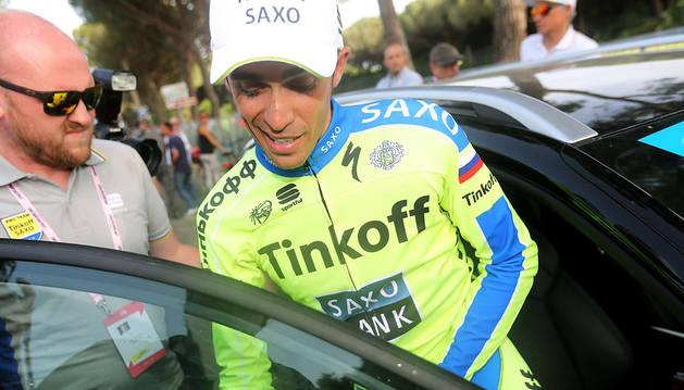 Contador se montan en un coche para ir al hospital.