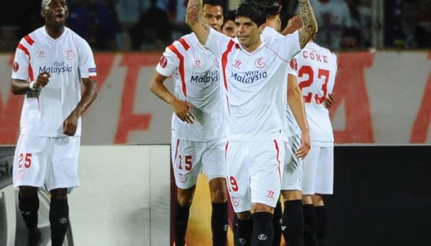 Los jugadores del Sevilla celebran su clasificación para la final.
