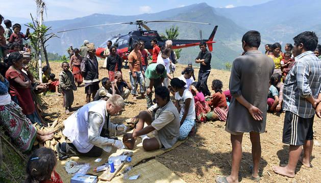 Los equipos de rescate atienden a los heridos por el nuevo terremoto.