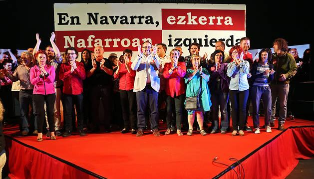 Al término del mitin central de I-E, todos los candidatos subieron al escenario.