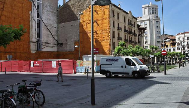 Desde hace unos días una señal de dirección prohibida impide circular por este tramo de la Avenida de Roncesvalles.