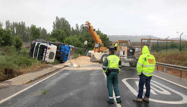 Accidente por la colisión de dos camiones en Arazuri