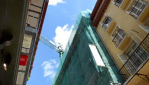 Fachada de un edificio de Pamplona en rehabilitación.
