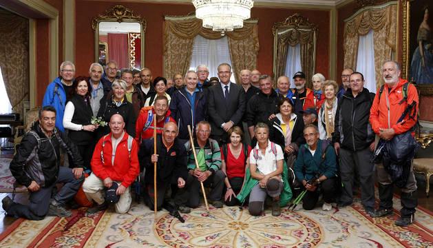 Miembros de El Roble, en el Ayuntamiento de Pamplona.