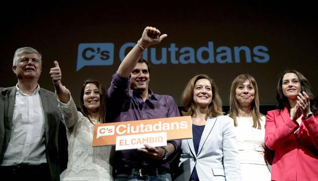 El líder de Ciudadanos, Albert Rivera, junto a la candidata a la alcaldia de Barcelona, Carina Mejías (3d), y otros miembros de su partido .