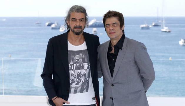 El director de cine español Fernando León de Aranoa (i) y el actor puertorriqueño Benicio del Toro posan durante el photocall de la película 'Un día perfecto'.