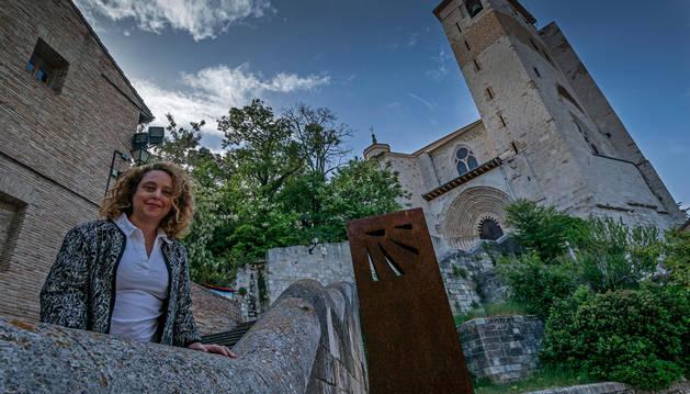 María Unzué, al pie de la escalinata de San Pedro de la Rúa, en el corazón del barrio monumental.