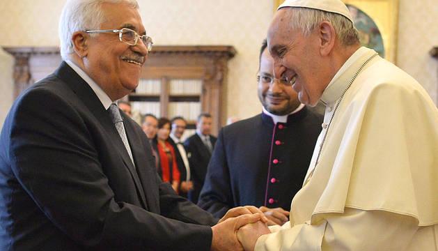 El Papa y Abás se saludan antes de su conversación privada.