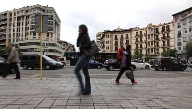 Los abrigos y los paragüas han vuelto a las calles de Pamplona después del breve periodo de calor vivido hace unos días.