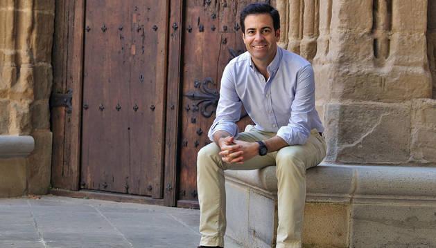 Pablo Zalba Bidegáin, candidato del PP sentado junto a la puerta de San José de la Catedral, en la plaza de San José.