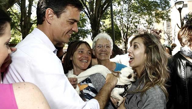 El secretario general del PSOE, Pedro Sánchez, ha celebrado este domingo  un acto electoral en una plaza del Barrio de Lourdes Tudela ante unos doscientos simpatizantes del partido, junto a María Chivite y Roberto Jiménez.
