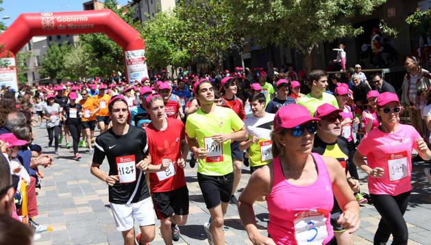 Participantes en la Vuelta a la Mejana en el momento de la salida de la calle Herrerías.