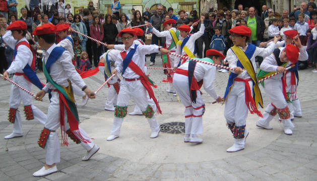 Aoiz, muestra su lado más artesano y danzante por San Isidro