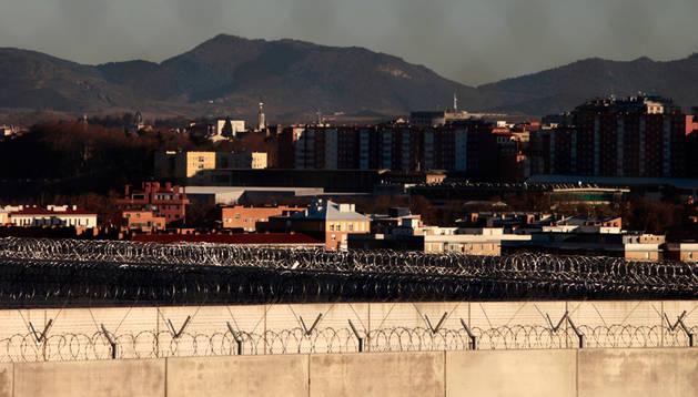 Los muros de la prisión de Pamplona, en primer plano, con la ciudad al fondo.