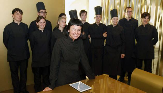 La cocinera catalana Fina Puigdevall, con su equipo al fondo, que ha celebrado esta semana sus 25 años al frente del restaurante Les Cols.