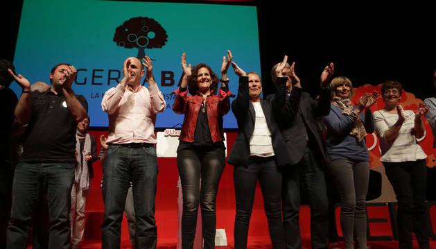 De izquierda a derecha, Unai Hualde, Manu Ayerdi, Itziar Gómez, Uxue Barkos, Koldo Martínez, Virginia Aleman e Isabel Aramburu.