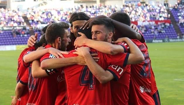 Los jugadores de Osasuna celebran el gol ante el Valladolid.