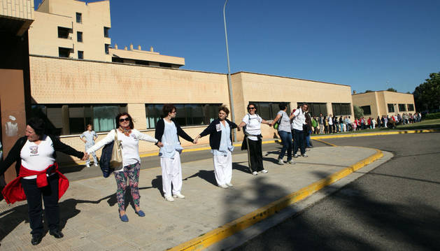 La Ribera 'abraza' el Reina Sofía y pide una sanidad pública de calidad