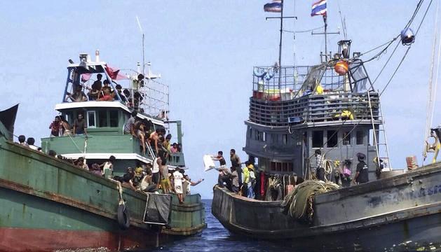 Un grupo de inmigrantes pide ayuda desde un barco a la deriva cerca de Malasia.